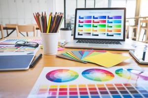 grafisk formgivares arbetsyta foto