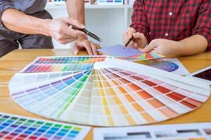 team av kreativa designers som arbetar på projekt tillsammans foto