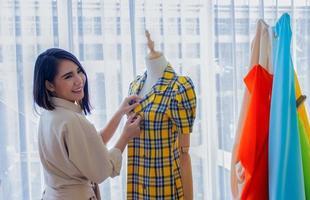 kvinnadesigner som arbetar på toppen