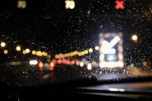 bokeh trafikljus genom vindrutan