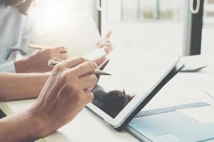 affärsman och partner som använder den digitala minnestavlan