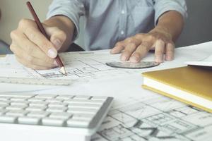 närbild av arkitekten som arbetar med en ritning