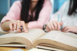 två studenter som studerar tillsammans foto