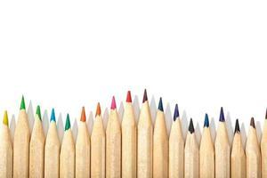 kant av färgpennor på en vit bakgrund