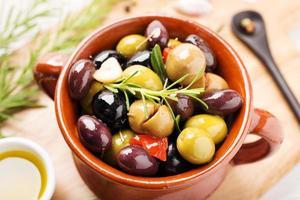 marinerade oliver i en skål