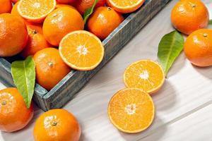 färska mandariner i en låda foto