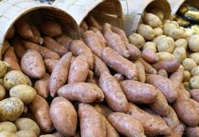 potatis på marknaden foto
