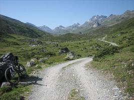 grusväg i bergen foto