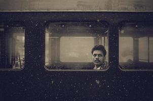 man på ett tåg foto