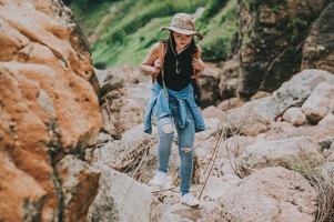 kvinna som vandrar på stenar foto