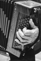 person som spelar instrument