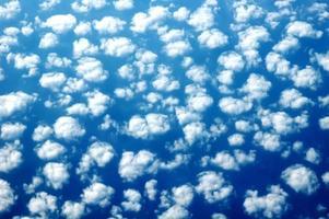 svullna moln på himlen foto