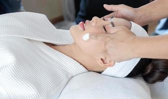närbild av kvinnan som får en hudbehandling foto