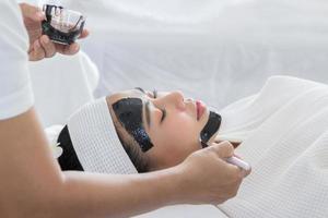 kvinna som får ansiktsbehandling foto