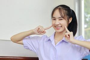 ung kvinna som ler med hängslen på foto