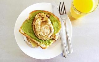 ovanifrån av avokado rostat bröd med ett ägg