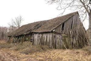 övergiven gammal ladugård foto