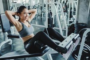kvinna gör sit ups på gymmet