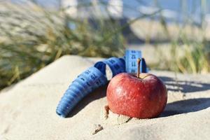 rött äpple och måttband foto