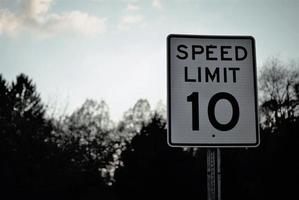 närbild av ett hastighetsgränsskylt