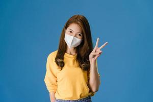 kvinna som bär en mask foto