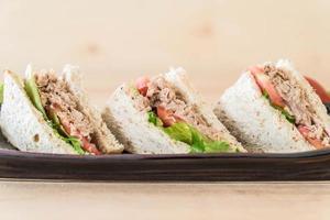 närbild av tonfisksmörgåsar foto