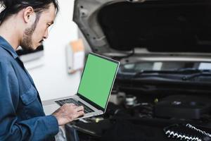 bilmekaniker som kontrollerar reparationskostnader foto
