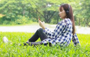 asiatisk kvinna som lyssnar på musik foto