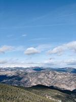 brunt berg under blå himmel foto