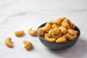 närbild av en skål med cashewnötter
