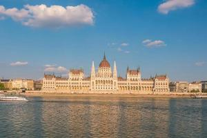 parlamentsbyggnad över Donaufloden i Budapest foto
