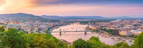 Budapests silhuett i Ungern på natten