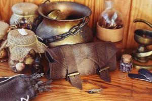 alkemist bord, magi och häxa hantverk, halloween dekoration foto