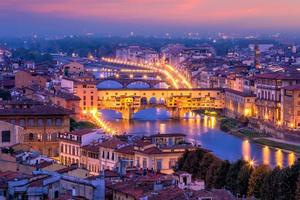 ponte vecchio över floden Arno i Florens, Italien. foto