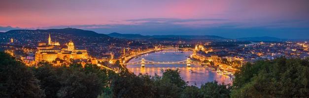 Budapests silhuett i Ungern vid skymningen