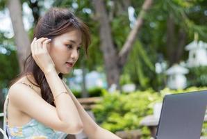asiatisk kvinna som använder bärbar dator foto