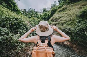 kvinna njuter av naturen på en vandring foto