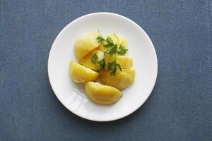 tallrik med kokta potatisar