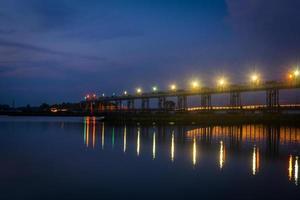 lång bro på natten foto