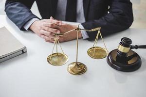 närbild av en advokat vid ett skrivbord foto