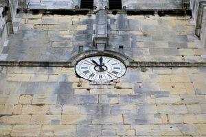 klocka på väggen i en kyrka