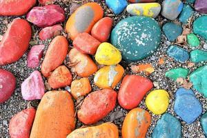 färgglada stenar på stranden foto