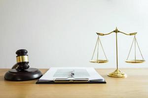 en uppsättning lagföremål på ett bord foto