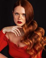 rödhårig modell med fräknar foto