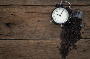 väckarklocka och kaffebönor