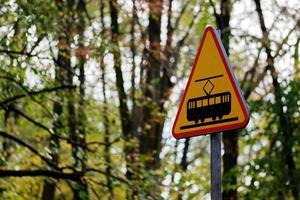 trafikskylt på en väg genom en skog