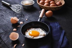 matlagning stekt ägg foto