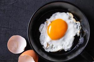 stekte ägg som stekas i en kastrull