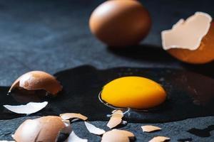 ett knäckt ägg med ett äggskal