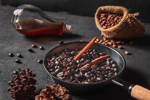 rostade kaffebönor i en kastrull foto